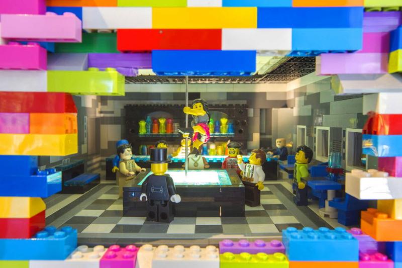 LEGO Walls - I Muri in LEGO di Dante Dentoni - Arte LEGO - Spogliarellista che Balla...